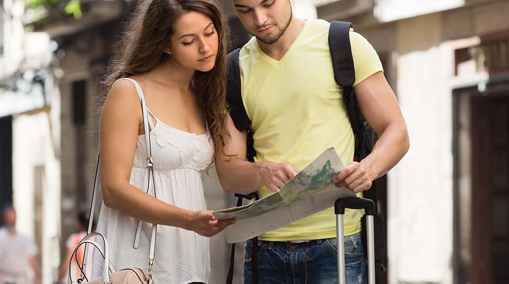 Pasangan Kekasih Yang Sedang Milihat Peta di Dekat Stasiun Gambir